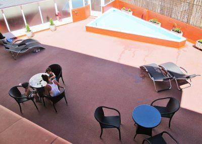 Terraza y piscina Hotel en Jaca Pirineos - Hotel A Boira
