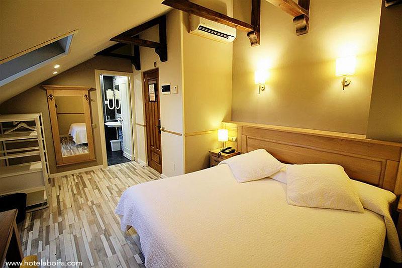 Escoge uno de nuestras habitaciones o áticos y disfruta de una estancia especial, en habitación doble sin desayuno por 45 € la noche. Solamente reservas directas por teléfono o a través de la web www.hotelaboira.com.